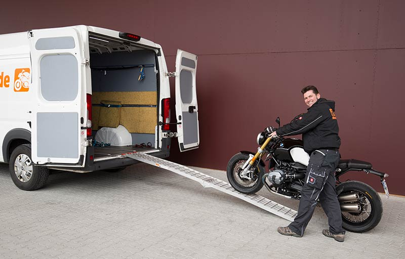 Motorrad wird in Transporter geladen