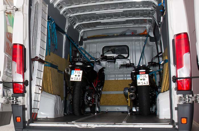 Motorräder sind sicher im Laderaum verstaut